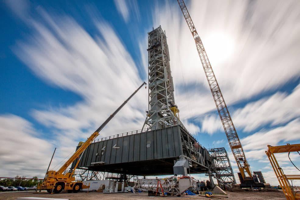 Мобильная пусковая платформа NASA накренилась