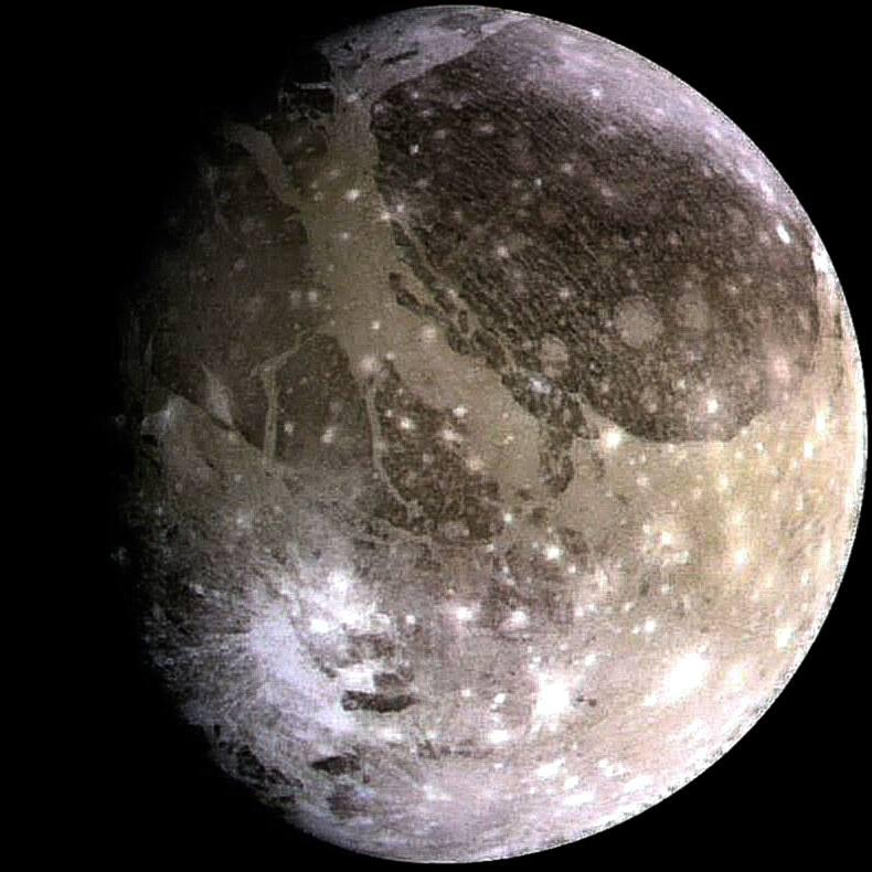 June 7, 2021 will be an important date for the Juno mission. On that day, the vehicle will fly over Ganymede and will be only 1,038 km away from its icy surface.