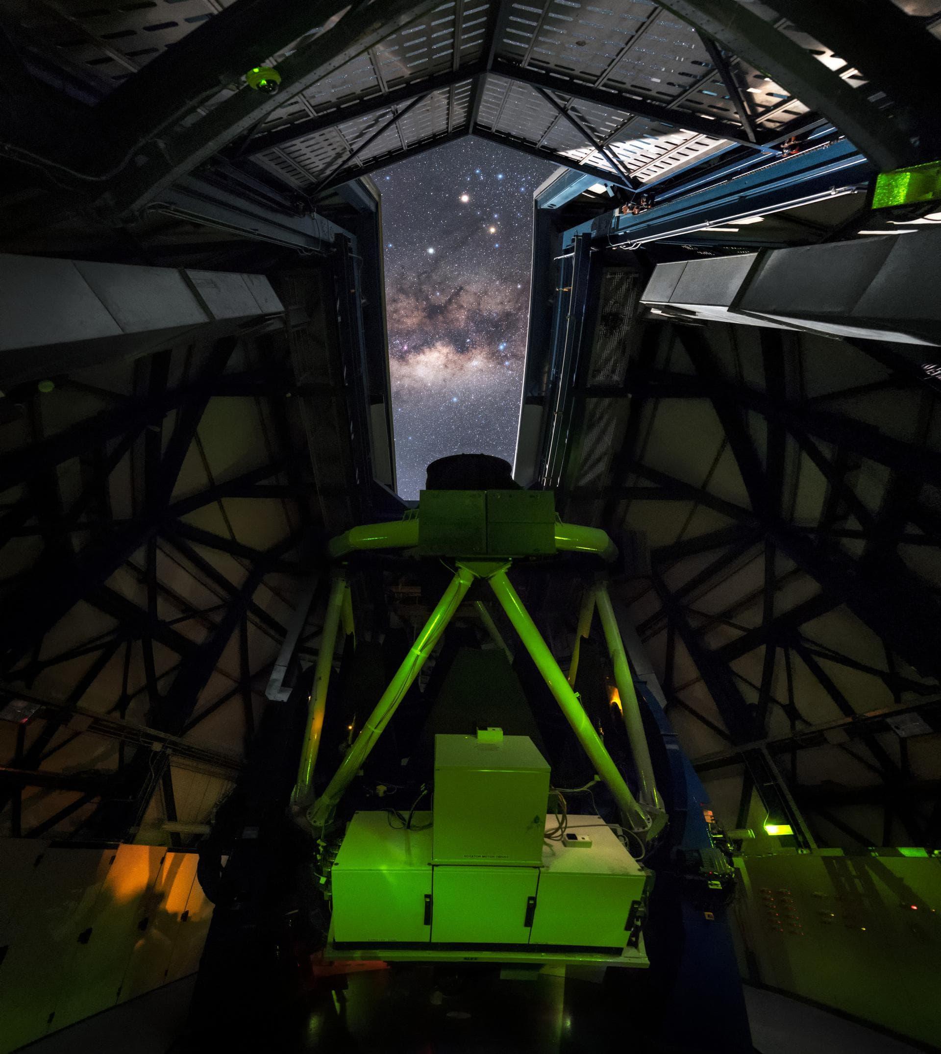 Внутри Обзорного телескопа VLT