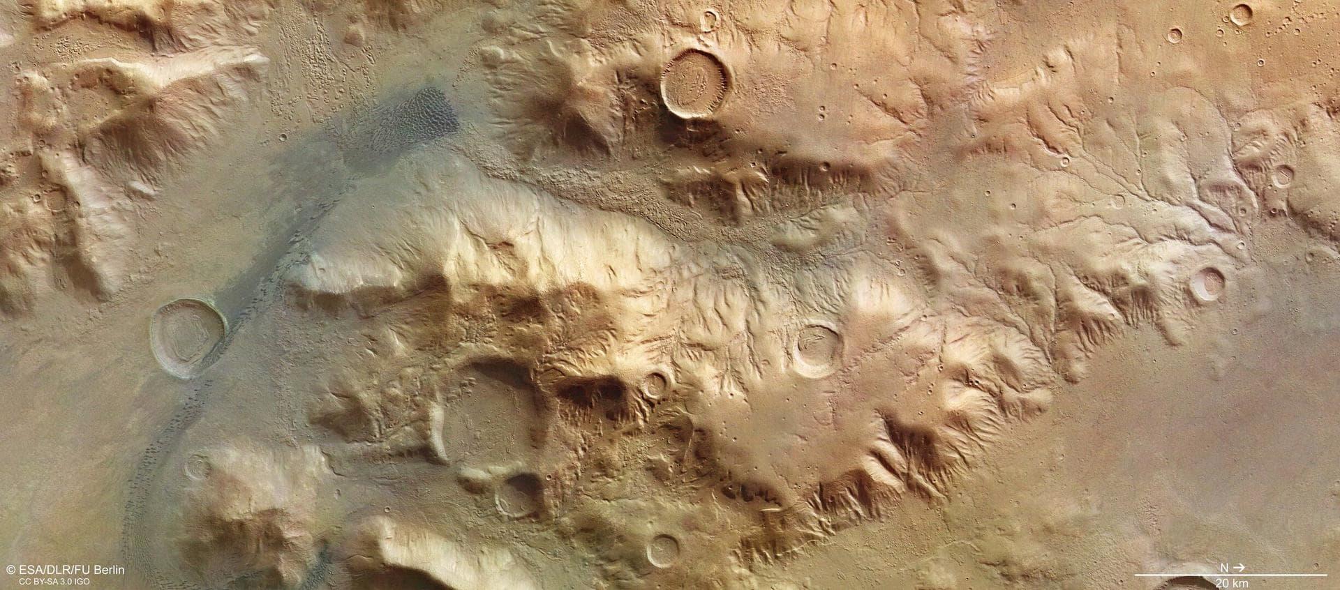 Mars Express сфотографировал горы Нереид