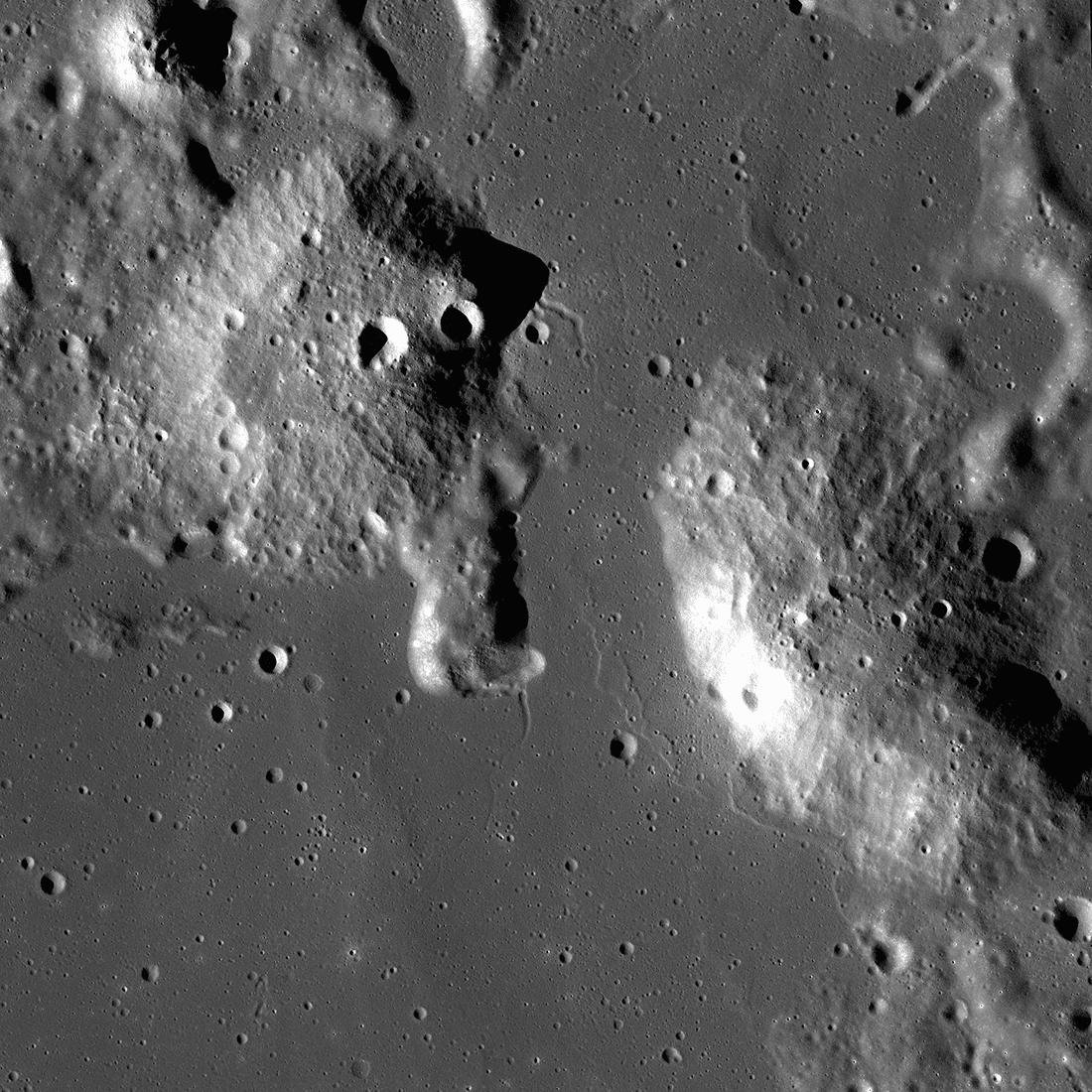 LRO  сфотографировал лунные вулканы